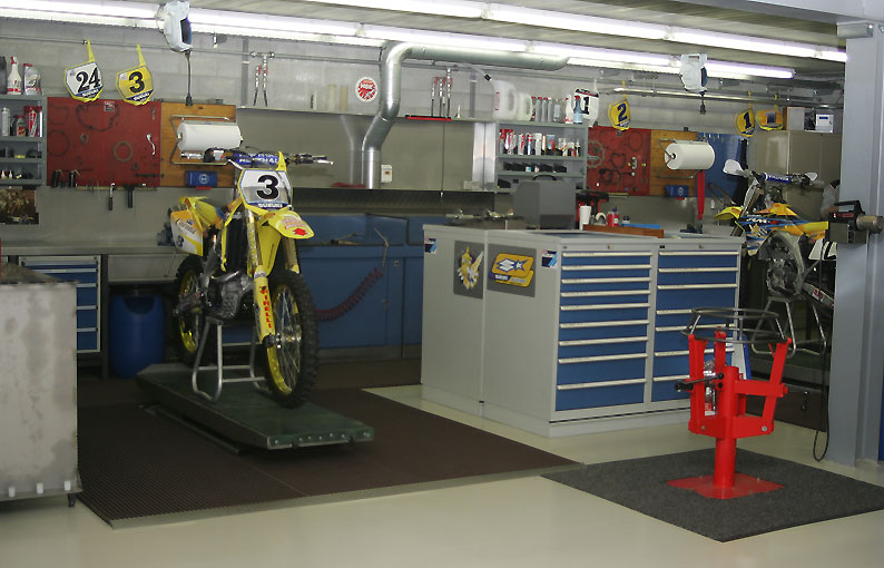 Le team suzuki geboers vous ouvre ses portes for Maison de la moto belle rose