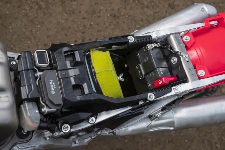 La batterie est toute menue est laisse le filtre à air accessible.